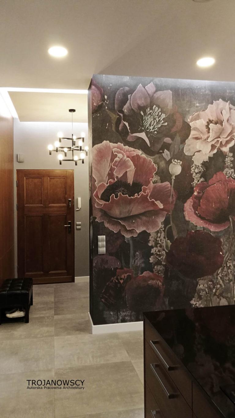 ozdobna tapeta w kwiaty w przedpokoju