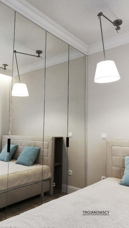 duże lustra w sypialni, oświetlenie sufitowe